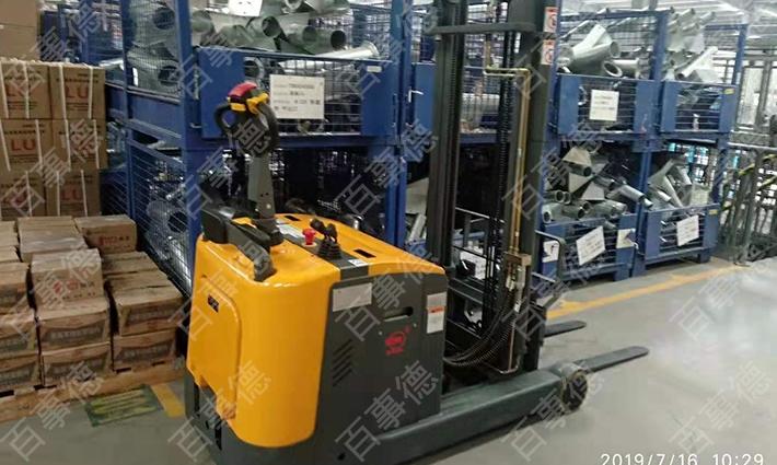 青岛某机械有限公司订购前移式电动堆高车三台我司顺利完成交货