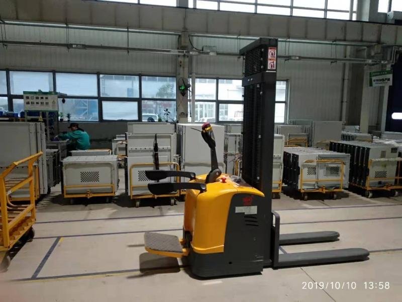 青岛某电气有限公司订购电动堆高车一台我司顺利完成交货