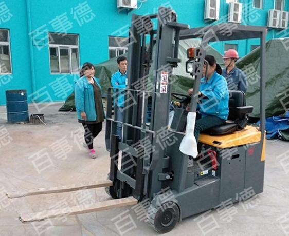 山东某制药有限公司订购三支点电动叉车一台我司顺利完成交货