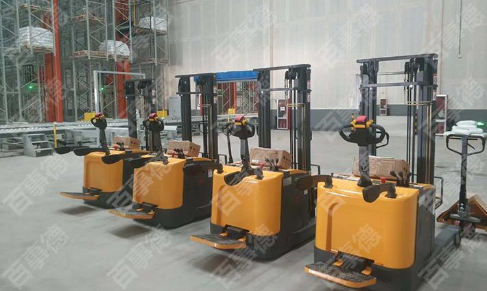 2019完美收官 青岛某机械设备有限公司订购的堆高车和搬运车顺利交货